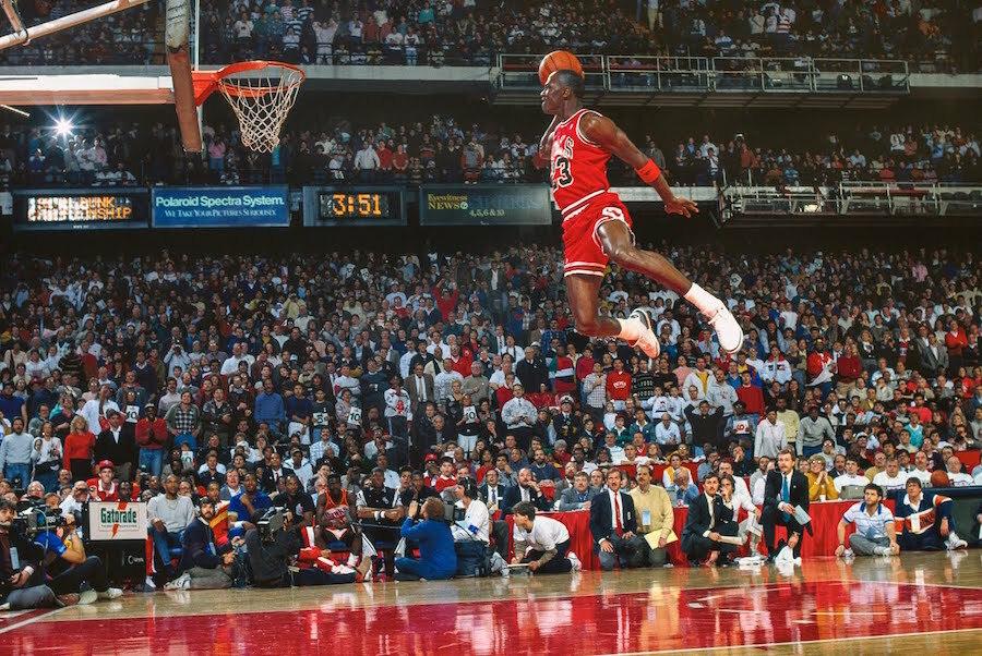 Ce qui vous a marqué durant votre enfance en 5 photos ! Michael-Jordan-1988-Dunk-Contest-30th-Anniversary